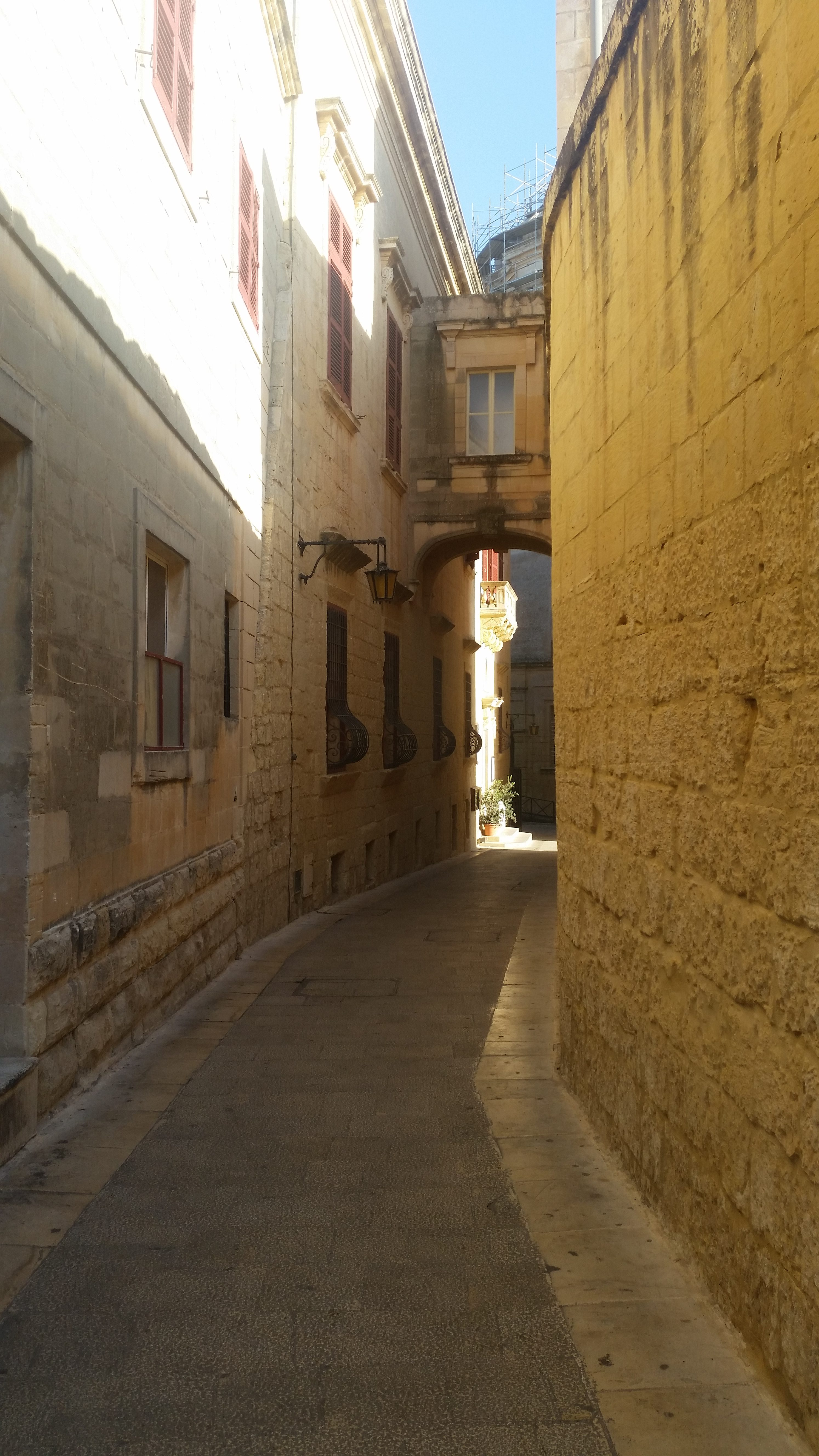 Mdina, the old Arabian capital. As you can see, it looks really oriental. I loved these small streets.