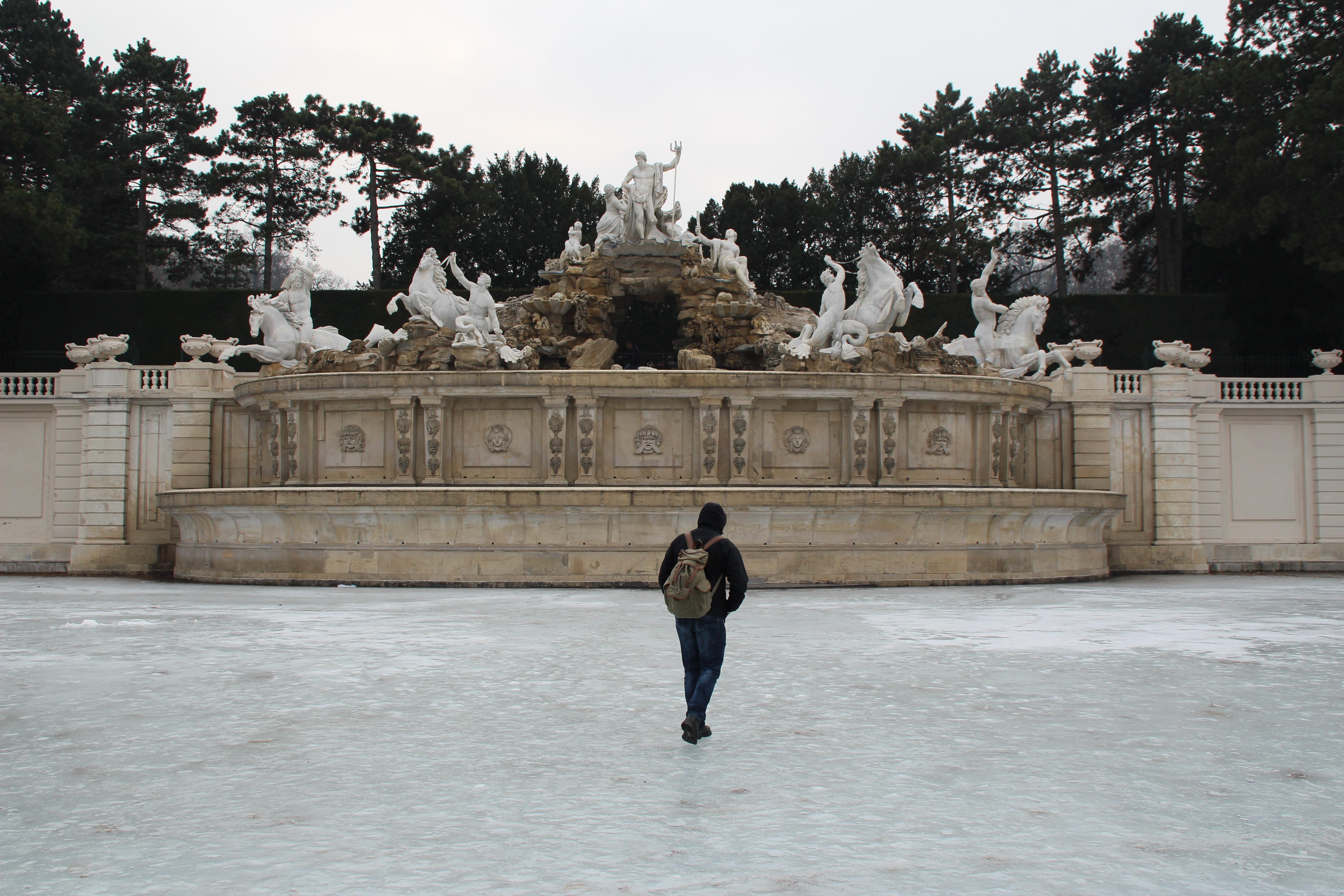 Haltet Männer fern von Eis - mein Kleinkind macht Unfug! Wien - Schlossgarten Schönbrunn